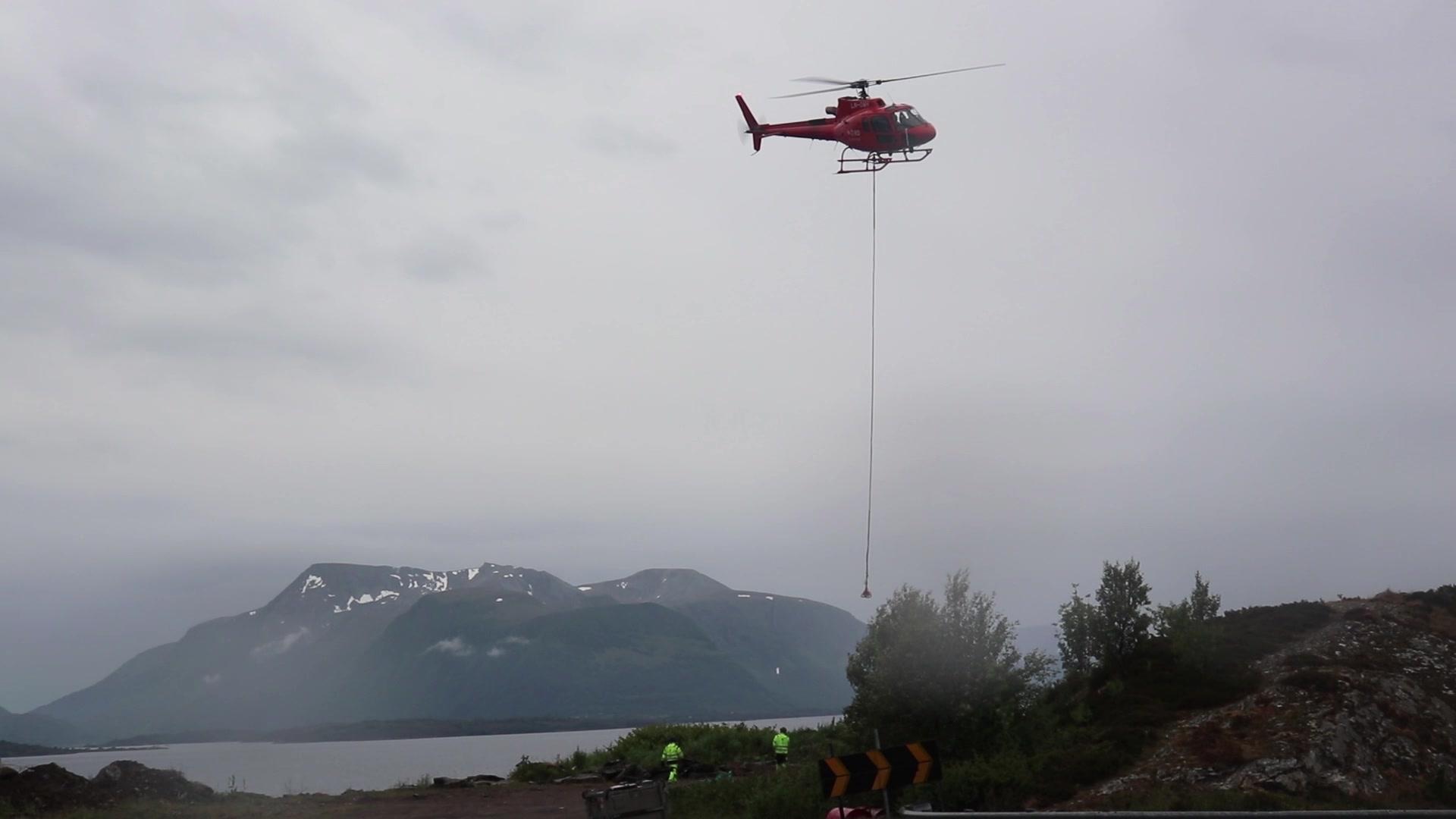 Nord Helikopter under arbeidet med å hente ned heller.
